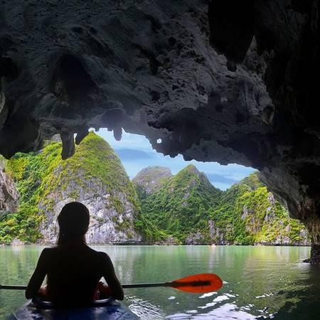 Vịnh Hạ Long (Quảng Ninh): Đây là một trong những điểm du lịch đẹp và nổi tiếng nhất Việt Nam. Hạ Long tập trung dày đặc các đảo đá có hình thù đặc biệt và nhiều hang động đẹp nổi tiếng. Đến Hạ Long, du khách còn có thể di chuyển bằng thủy phi cơ ngắm Hạ Long từ trên cao, đến đảo Tuần Châu, tắm biển Bãi Cháy, và thưởng thức những hải sản tươi ngon. Đặc biệt, món ăn mà bạn không thể bỏ qua khi đến đây là chả mực cực kỳ hấp dẫn.Ảnh:amparo_lertora/instagram