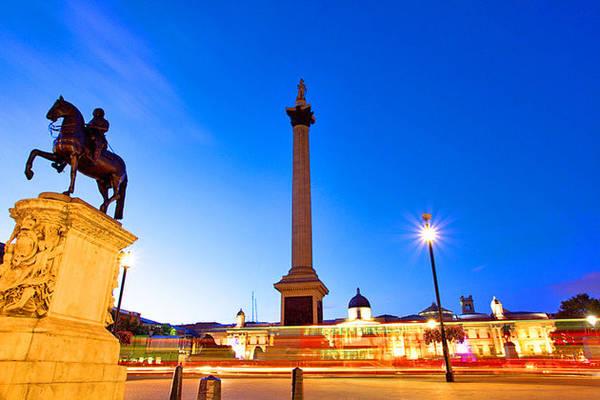 Ở trung tâm của Trafalgar là cột Nelson, được bảo vệ bởi bốn bức tượng sư tử vây quanh, đặt tại chân đế của cột. Ảnh: Planetware.