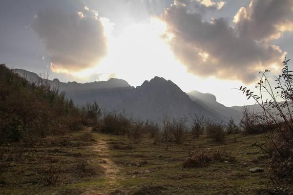 Ngày thứ 2, chúng tôi thức dậy lúc 5h. Trong đêm, đoàn lần mò qua những đoạn sình lầy trơn trượt, dốc đá cheo leo mà một bên vực sâu thăm thẳm, một bên vách núi dựng đứng.