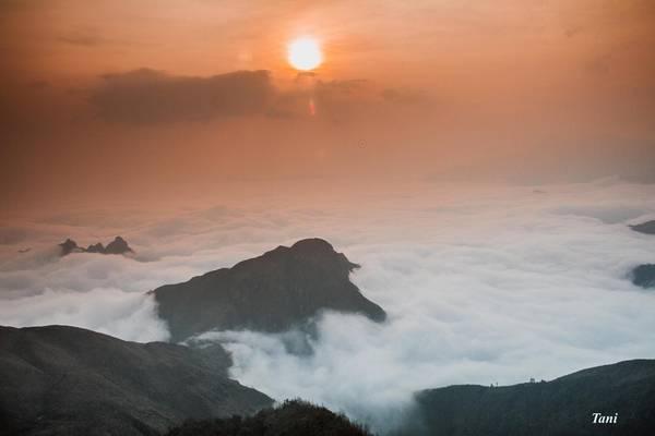 Khi lên đến độ cao 2.800 m là lúc mặt trời bắt đầu hé lộ. Nhìn từ trên xuống, khung cảnh thật kỳ vĩ.