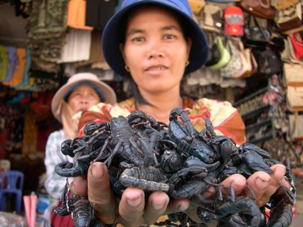 Chợ Tịnh Biên: Cách biên giới Campuchia chừng hơn 1 km, bạn sẽ bắt gặp chợ Tịnh Biên nằm ngay trung tâm thị trấn Tịnh Biên. Du khách rất thích ghé thăm ngôi chợ này để mua các loại trái cây cũng như các món ăn được chế biến từ côn trùng rất ngon mà lại rẻ. Ngoài ra, một số các mặt hàng của Thái Lan, Campuachia cũng được này bán ở đây với giá cả phải chăng. Ảnh: ST