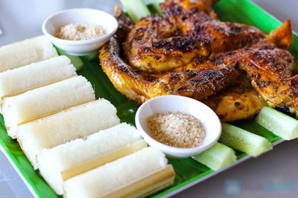 Cơm lam gà nướng nổi tiếng ở Pleiku. Ảnh: Phương Linh Nguyễn
