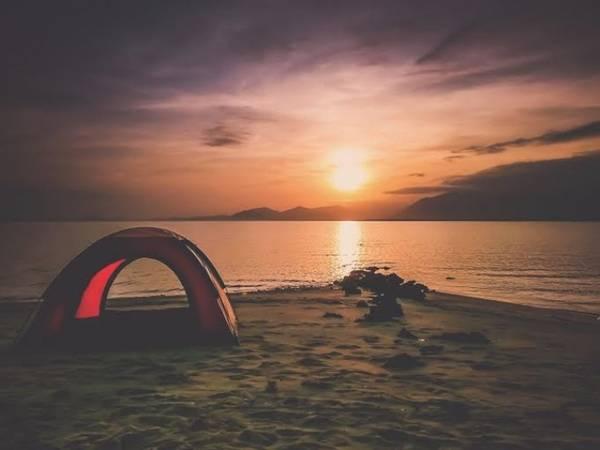 Cắm trại ngắm bình minh trên đảo. Ảnh: blogphunu