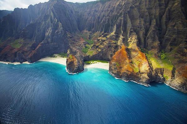 Vách đá ven bờ Na Pali, một bối cảnh của phim Công viên khủng long - Ảnh: globe-trotting