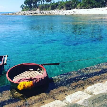 Ở đảo Bé, bạn còn có thể dạo chơi ở làng chài, trải nghiệm chèo thuyền thúng lênh đênh trên biển, cắm trại bên bờ biển, thưởng thức những món ngon bình dị đến từ biển cả và trò chuyện, chia sẻ những câu chuyện, nỗi niềm của những người dân vùng biển xa xôi. Ảnh:pxchul
