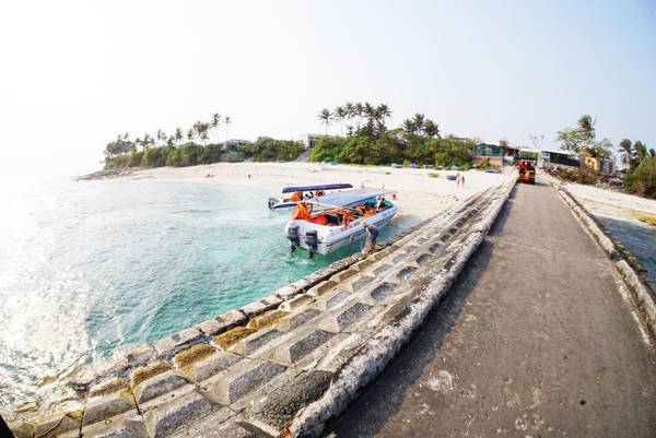Mỗi ngày sẽ có nhiều chuyến tàu và ca nô từ cảng Lý Sơn chạy ra đảo Bé, thông thường các chuyến tàu sẽ chạy từ lúc 8 giờ sáng và quay trở lại đảo lúc 14h30. Ảnh:imducmanh