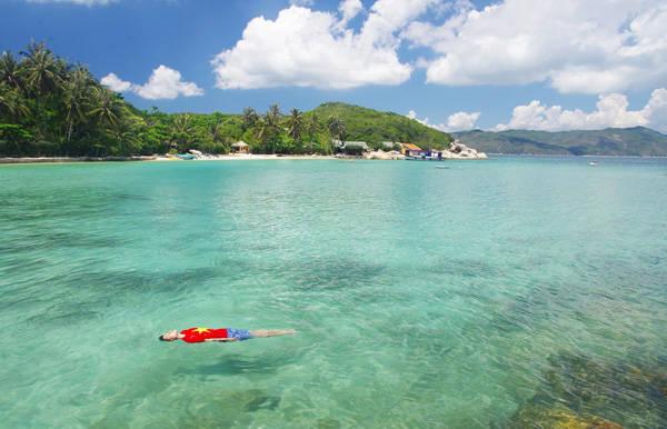 Thư giãn và bồng bềnh trên mặt nước xanh mát. Ảnh: Nguyễn Mạnh Tuấn