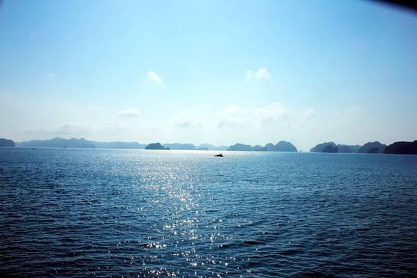 Cảnh biển tuyệt đẹp nhìn từ tàu di chuyển từ đất liền ra đảo.  Ảnh: Phuot HD