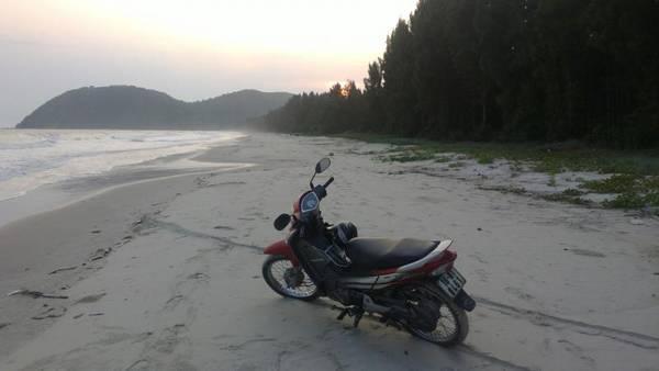 Description: Xe máy và xe đạp là hai phương tiện di chuyển chủ yếu trên đảo. Ảnh: ST