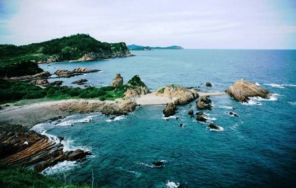 Đảo Ngọc Vừng hoang sơ đang dần trờ thành điểm đến thu hút khách du lịch. Ảnh: ST