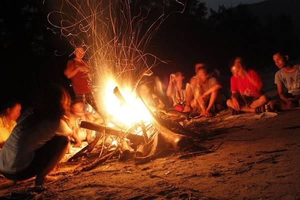 Description: Đốt lửa trại là một hoạt động thú vị bạn có thể làm vào buổi tối trên đảo. Ảnh: ST