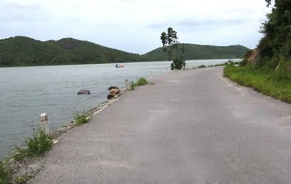 Description: Chạy xe dọc theo con đường quanh đảo là một trải nghiệm tuyệt vời bạn không thể bỏ qua. Ảnh: ST