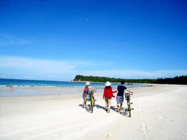 Description: Trong vài năm gần đây, hòn đảo đã được nhiều bạn trẻ tìm tới khám phá. Ảnh: ST