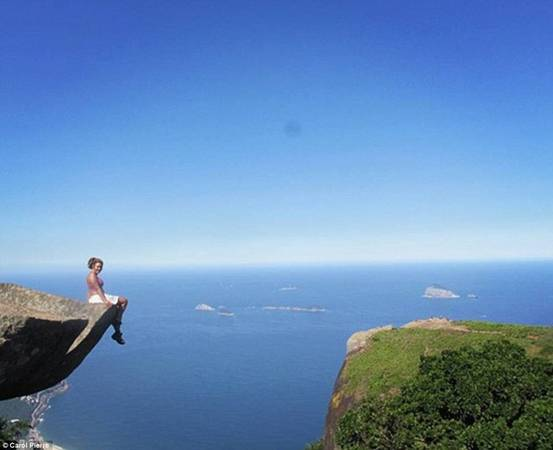 Carol Pierre tạo dáng ở mỏm đá nổi tiếng nhìn xuống thành phố Rio de Janeiro sôi động.
