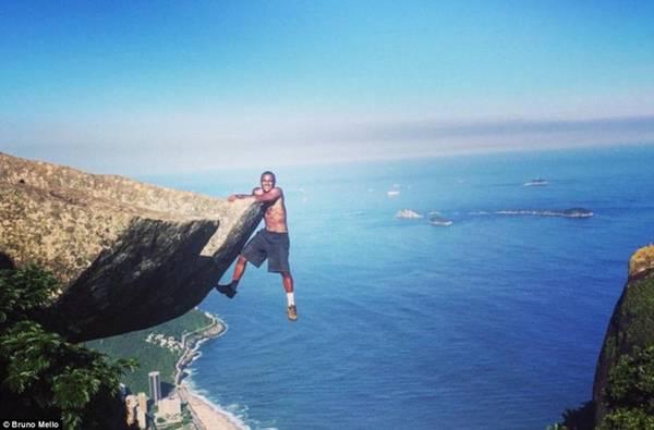 Bruno Mello không ngần ngại thử sức trong một chuyến leo núi ở Pedra da Gavea