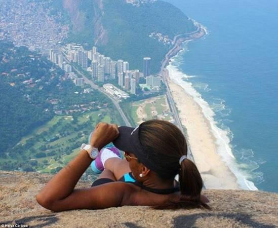 Nhiếp ảnh gia Helyz Carioca ngắm nhìn khung cảnh từ chỗ ngồi độc đáo của mình.