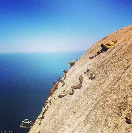 Adriano Melo tranh thủ nghỉ ngơi sau hành trình dài lên đỉnh núi.