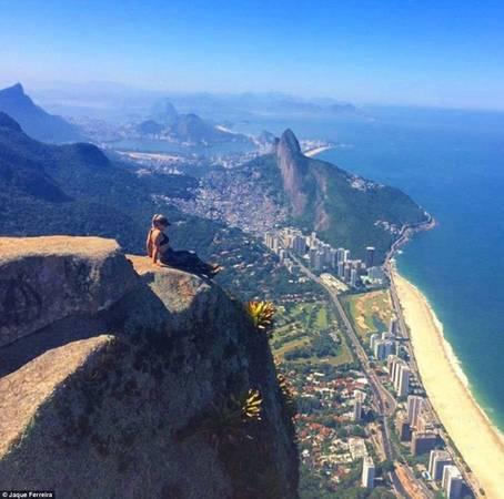 Jaque Ferreira nhìn như sắp tuột xuống khỏi vách đá trong bức ảnh mạo hiểm này.