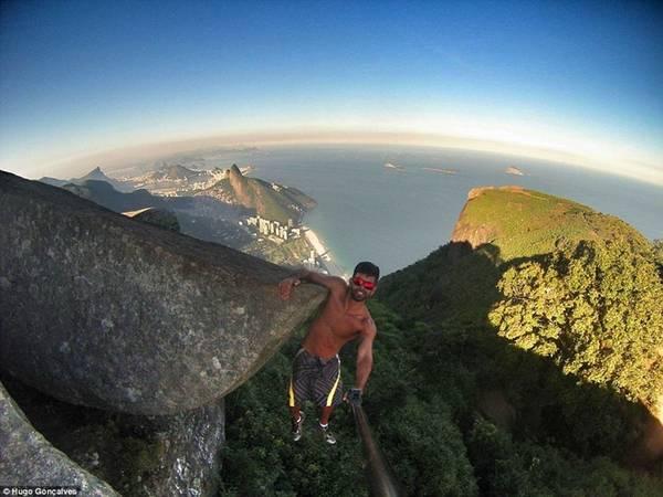 Hugo Gonçalves liều lĩnh hơn khi một tay bám vào vách đá, một tay chụp ảnh selfie.