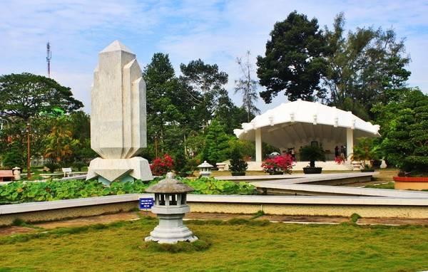Lăng mộ cụ Phó bảng Nguyễn Sinh Sắc: Nằm cách trung tâm thành phố Cao Lãnh khoảng 1km, lăng mộ cụ Phó bảng Nguyễn Sinh Sắc luôn là điểm thu hút du khách đến thăm quan, tìm hiểu về thân thế, sự nghiệp cũng như cuộc sống của cụ ở Cao Lãnh. Ảnh:loca.vn