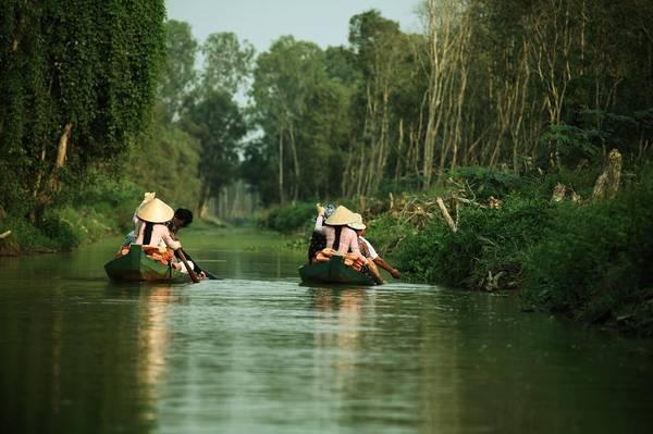"""Khu du lịch sinh thái Gáo Giồng: Được ví như một """"Đồng Tháp Mười thu nhỏ"""", khu du lịch Gáo Giồng tọa lạc tại ấp 6, xã Gáo Giồng, huyện Cao Lãnh với diện tích rộng 1.700 ha, chủ yếu là rừng tràm. Du khách đến với Gáo Giồng sẽ cảm nhận được sự thanh bình và thích thú khi lênh đênh trên xuồng ba lá đi qua các kênh rạch, chạy xe đạp trong rừng tràm, nghỉ mát tại chòi lá và thưởng thức các loại đặc sản mùa nước nổi. Ảnh:r0ckal0ne/instagram"""