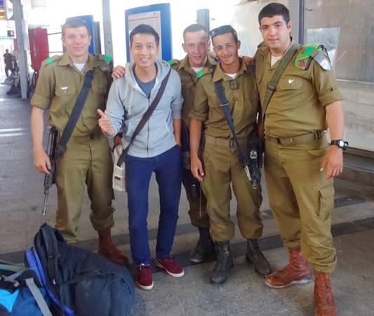 Thầy giáo trẻ chụp ảnh lưu niệm cùng những người lính ở Tel Aviv, Israel.