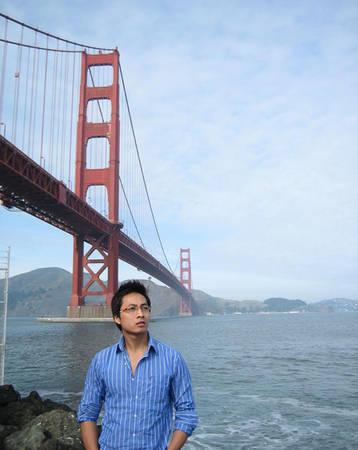 Anh Lâm chụp hình tại cầu Cổng Vàng (Mỹ).