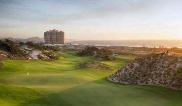 Khung cảnh sân golf nhìn từ trên cao.