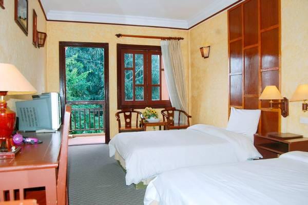 Phòng ngủ ấm cúng của khách sạn.