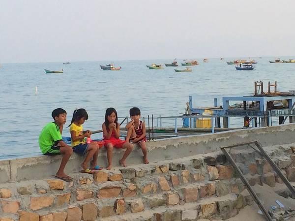 Những đứa trẻ ở làng chài. Ảnh: teerhi