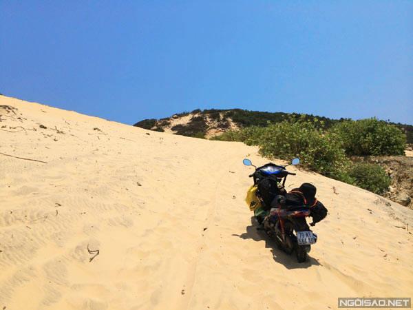 Việc đi qua những con dốc cao như núi trở nên khó khăn hơn bao giờ hết khi cát phủ dày như sa mạc, xe bị lún tới mức không dựng chân chống mà vẫn tự đứng được.