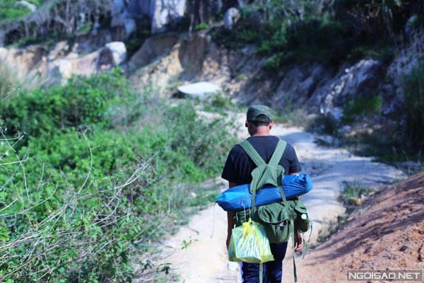 Người dẫn đường giúp khách mang lều, đồ ăn tối.