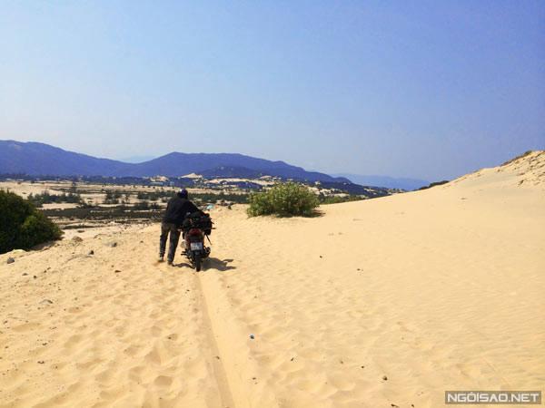 """Đồi cát đoạn từ Đầm Môn đến nhà chú Hai là một chướng ngại vật thực sự """"khó nhằn""""."""