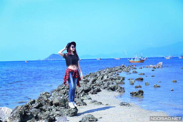 Trên đường từ thị trấn Vạn Giã đến Đầm Môn, bạn nhìn bên tay phải sẽ thấy vài dải đất chạy dọc ra biển rất đẹp.