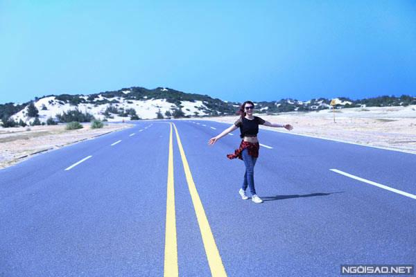 Con đường cao tốc rộng thênh thang ở khu vực Đầm Môn, hai bên là không gian ngút tầm mắt phủ đầy cát, nhấp nhô núi đồi, khiến ta tưởng như đang ở Texas của Mỹ vậy.