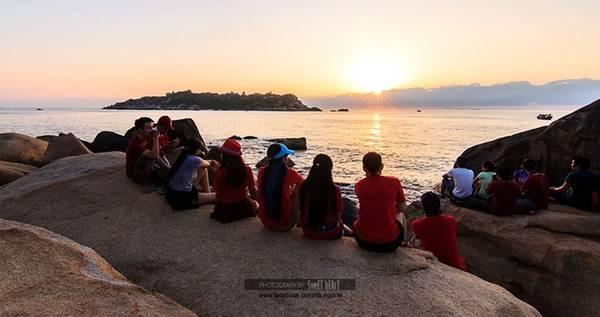 Khoảng 6h mặt trời dần hé sáng trên biển tạo ra niềm vui sướng, sự phấn khích của những người bắt gặp khoảnh khắc này.