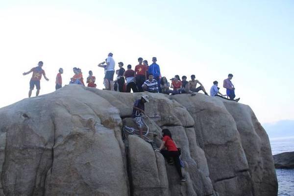 Cột mốc inox được đặt trên tảng đá nằm sát mép biển, bắt buộc sử dụng dây thừng và sự hỗ trợ của bạn bè để leo lên.
