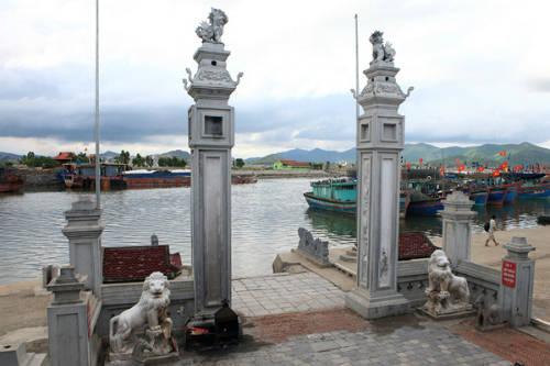 Khung cảnh biển hoang sơ trước đền Cờn, Nghệ An. Ảnh: 5giay