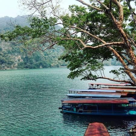 Hồ Ba Bể (Bắc Kạn): Hồ Ba Bể thuộc xã Nam Mẫu, huyện Ba Bể, tỉnh Bắc Kạn, cách Hà Nội khoảng 230 km, nằm trong Vườn quốc gia Ba Bể. Đây là hồ nước ngọt thiên nhiên lớn nhất Việt Nam. Muốn tham quan hồ, bạn có thể thuê thuyền lớn nếu đi nhóm đông hoặc thử cảm giác chèo thuyền độc mộc với 1-2 người bạn giữa lòng hồ rộng lớn. Ngồi trên chiếc thuyền lướt nhẹ giữa mặt hồ xanh màu ngọc bích, du khách sẽ thấy như đang lạc vào cõi thần tiên êm đềm. Ảnh:b_bear196/instagram.com