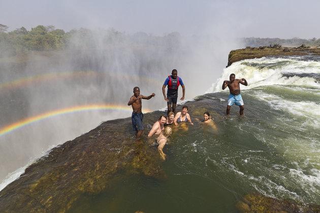 """Để chiều lòng những người mê cảm giác mạnh, nơi đây có dịch vụ chuẩn bị cho những buổi dã ngoại có """"1-0-2"""" trên các cạnh của thác Victoria. Nhằm đảm bảo an toàn tuyệt đối cho du khách, mỗi cuộc hành trình luôn có huớng dẫn viên và chỉ cho phép tối đa 16 người bơi trên đó cùng lúc.Ảnh: Yvette Cardozo/Getty Images"""