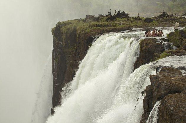 Devils Pool là một hồ nước sâu tự nhiên trên đỉnh thác Victoria, được tạo ra bởi sự xói mòn hàng ngàn năm trước, với mép hồ cao khoảng 70cm giúp ngăn những người bơi lội khỏi bị cuốn phăng bởi những làn nuớc khuấy tung tóe trên đỉnh thác. Ảnh: Cultura Rm Exlclusive/Getty Images