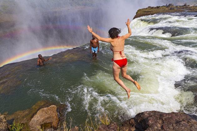 Vào mùa khô từ tháng 9 đến tháng 12 là thời điểm Devil's Pool đẹp nhất, khi nước sông Zambezi chảy không quá xiết, bạn có thể thoải mái bơi ở đây. Ảnh: Yvette Cardozo/Getty Images