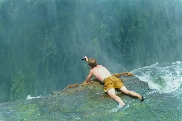 Hấp dẫn như thế nên Devil Pool luôn có sức hút đặc biệt đối với du khách khắp nơi trên thế giới. Bởi không gì gây đau tim bằng thử thách bơi lội giữa ranh giới mong manh là một gờ đá tự nhiên giữa thác cao và vực thẳm. Ảnh:Getty Images