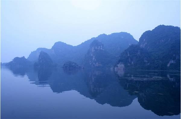 """Vẻ đẹp non nước tại Hồ Quan Sơn khiến nhiều người """"ngơ ngẩn"""". (Ảnh: Internet)"""