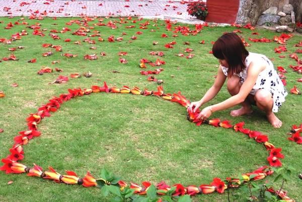 Một trái tim bằng hoa gạo được thiếu nữ kết từ cả trăm bông.