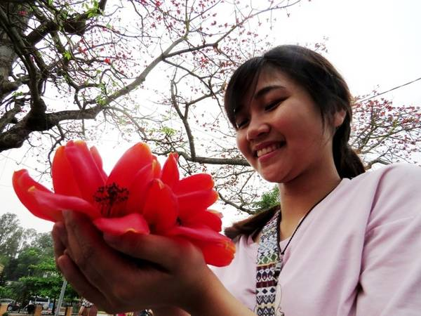 Linh, nữ sinh trường Y đến từ Hà Nội mê mẩn trước vẻ đẹp của những bông hoa tháng ba.