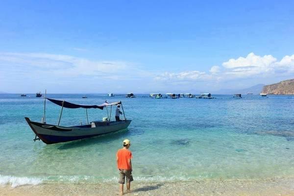 Du khách có thể phơi mình hàng giờ trên bãi cát vàng óng và thưởng thức những món hải sản tươi ngon: tôm, cua, ghẹ, cá, mực, ốc… do người dân Nhơn Hải đánh bắt, chế biến theo yêu cầu. Ảnh: ST