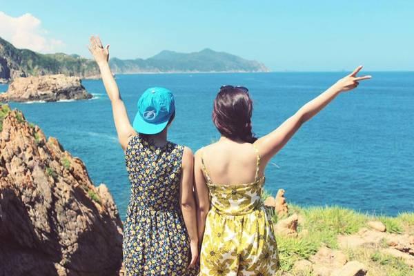 Đảo Hòn Khô đúng như tên gọi của nó, khô rang khô rốc, chẳng có cây xanh, chẳng có những rặng dừa nghiêng nghiêng quyến rũ. Ấy vậy mà Hòn Khô lại có sức quyến rũ lạ kỳ, thu hút rất nhiều bạn trẻ du lịch bụi.Ảnh: Cindy Gia & Goterest