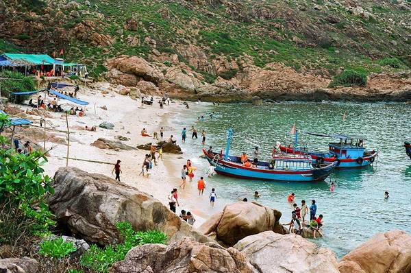 Đây cũng là một điểm du lịch tương đối mới với nhiều du khách. Đến với đảo Hòn Khô có hai trải nghiệm đầy thú vị mà du khách không thể bỏ qua đó chính là lặn ngắm san hô dưới biển và chinh phục dãy núi đá trên đảo. Ảnh: Namto
