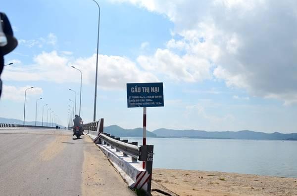 Để đến được Hòn Khô, từ Quy Nhơn du khách có thể chạy xe máy hoặc ô tô qua cầu Thị Nại, băng qua Khu kinh tế Nhơn Hội, đi dọc theo vịnh Mai Hương rồi qua một đoạn đường đèo vài cây số là đến làng chài xã Nhơn Hải. Ảnh: Cindy Gia & Goterest